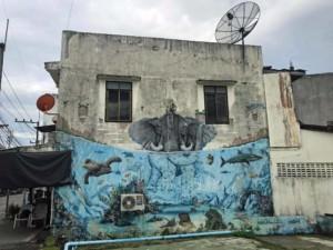 Thailand |Koh Phangan, Straßenkunst in Thongsala. Elefant im Wasser umgeben von Fischen an einer Häuserwand als Grafiti