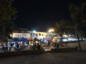 Thailand | Koh Phangan Food- und Shopping-Stände am Thongsala Nightmarket. Blick auf die bunten Zelte und Menschen die Kaufen und Verkaufen