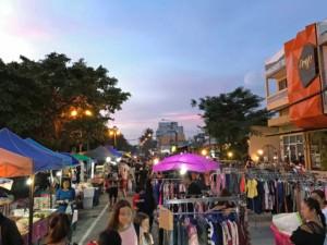 Thailand |Koh Phangan, Thongsala Nightmarket Walking Street Eindrücke. Straßenverkauf bei Dämmerung mit Kleidung und Essen unter freiem Himmel