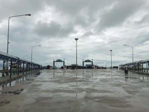 Thailand | Koh Phangan, Donsak Pier in Thongsala bei Regen. Blick auf die beiden Ableger und den überdachten Zugang an beiden Seiten der Straße
