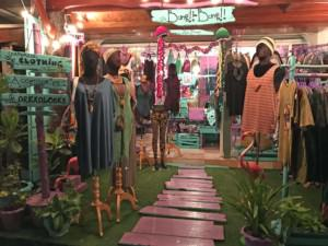 Thailand |Koh Phangan, es gibt zahlreiche Shopping-Möglichkeiten in Thongsala aber auch an anderen Orten der Insel. Blick auf einen Shop mit Klamotten in türkis und rosa dekoriert