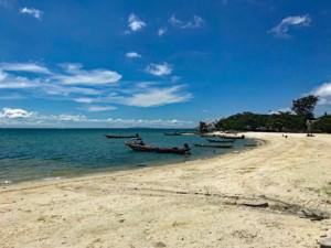 Thailand | Koh Phangan, Stadtstrand in Thongsala. Blick auf die Bucht mit feinem Sand, blauem Wasser, Fischerboote bei blauem Himmel