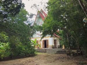Thailand |Koh Phangan Sehenswürdigkeit: Wat-Khao Tahm, eine Tempelanlage auf einem Berg in der Nähe von Baan Tai. Blick auf das Haus des Tempels umgeben von Urwald