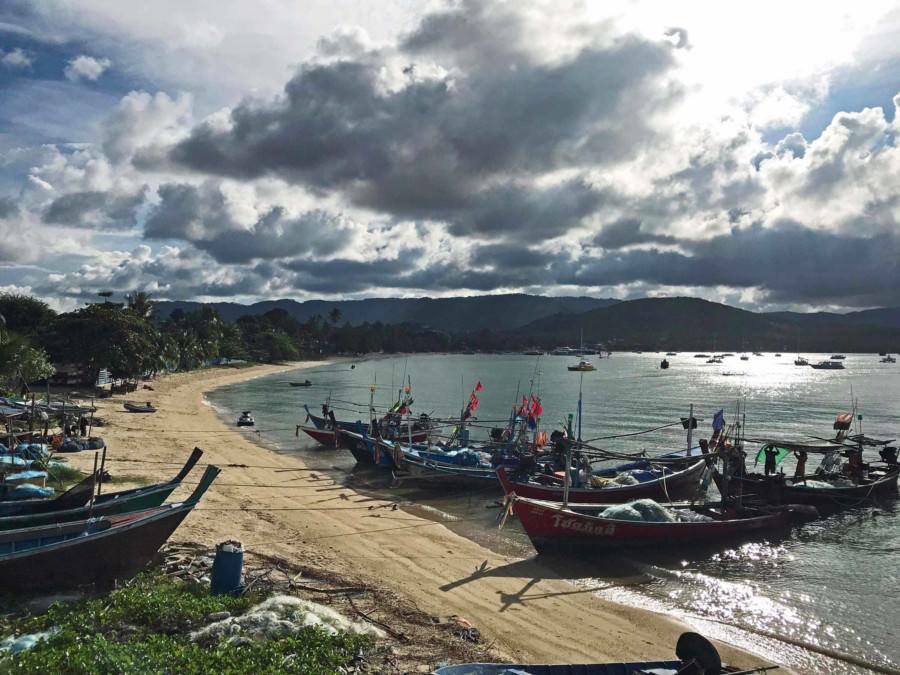 Thailand|Koh Samui, Blick vom Bangrak Pier auf den Strand und zahlreiche Fischer-Boote