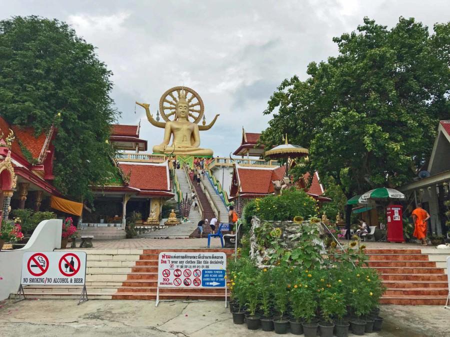 Thailand |Koh Samui, der Big Buddha ist eine der Top-Sehenswürdigkeiten der Insel. Blick auf die Treppen die hinauf zu einer goldenen, Buddha-Statue