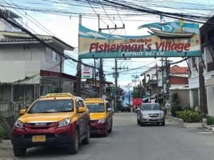 Thailand |Koh Samui, Fishermans Village am Bophut Beach mit vielen Shops & Restaurants entlang der Strandpromenade. Blick auf das Schild zur Einfahrt