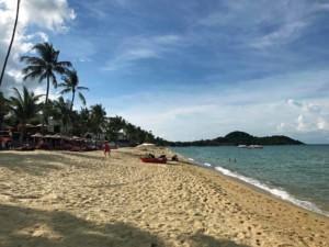 Thailand |Koh Samui, Bophut Beach, der Strand, der besonders bei Wassersportlern beliebt ist. Blick auf den langen Strand mit feinem Sand bei Sonnenschein