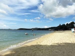 Thailand |Koh Samui, Bophut Beach im Norden der Insel. Blick auf feinen Sand, hellblaues Wasser, Palmen, bei Sonnenschein