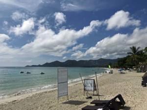 Thailand | Koh Samui, über 6 km lang ist einer der beliebtesten Strände der Insel Chaweng Beach. Highlight und Top-Tipp. Blick auf weißen Sand, blaues Meer, Himmel, Palmen, Sonnenschein