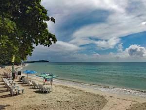 Thailand | Koh Samui, am Chaweng Beach ist Platz für Backpacker aber auch Luxus-Urlauber. Blick auf die Bucht, mit flachem Wasser und feinem Sand