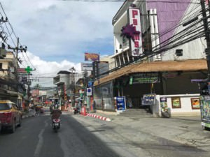 Thailand | Koh Samui, in Chaweng gibt es alles was der Tourist, von Luxus-Urlauber bis Backpacker, sich wünschen könnte. Blick auf die Straße mit vielen Shops