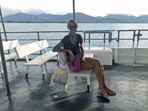 Thailand |Auf der Fähre von Koh Phangan nach Koh Samui. Karin sitzt mit Sonnenbrille auf der Fähre mit dem blauen Meer im Hintergrund