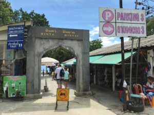 Thailand |Koh Samui, Eingang zu den Felsen Hin Ta & Hin Yai vorbei an einigen Souvenir-Shops. Blick auf den Weg Richtung und das Meer