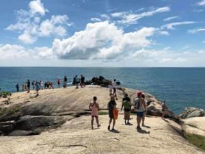 Thailand |Koh Samui, Hin Ta und Hin Yai, Großmutter & Großvater-Felsen. Blick über die Steine auf das Meer bei Sonnenschein. Touristen machen Selfies