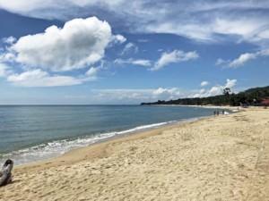 Thailand |Koh Samui, die Bucht am Lamai Beach ist kilometerlang. Blick bei Sonne auf blaues Wasser, feinen, gelben Sand, Palmen