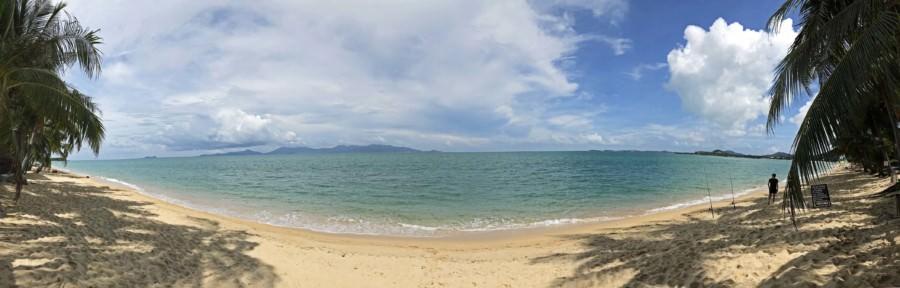 Thailand |Koh Samui, Panorama am Strand Maenam Beach. Blaues Wasser, feiner Sand, Palmen bei Sonnenschein