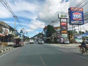 Thailand |Koh Samui Ringstraße. Blick auf die Hauptstraße mit einigen Shops am Straßenrand