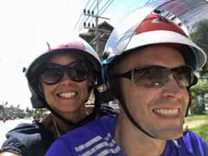 Thailand |Mit dem Roller die Insel Koh Samui entdecken, den Spaß sieht man uns an. Karin und Henning mit Sonnenbrillen und Helmen