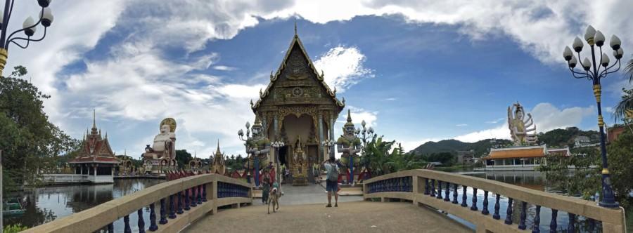 Thailand | Eine der Top-Sehenswürdigkeiten auf Koh Samui: die riesige und bunte Tempelanlage Wat Plai Laem. Blick auf eine Brücke die zum Haupttempel führt