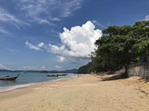 Thailand |Einer der Top-Strände bei Krabi: Ao Nang Beach bei Krabi. Blick auf den Strand Richtung Norden
