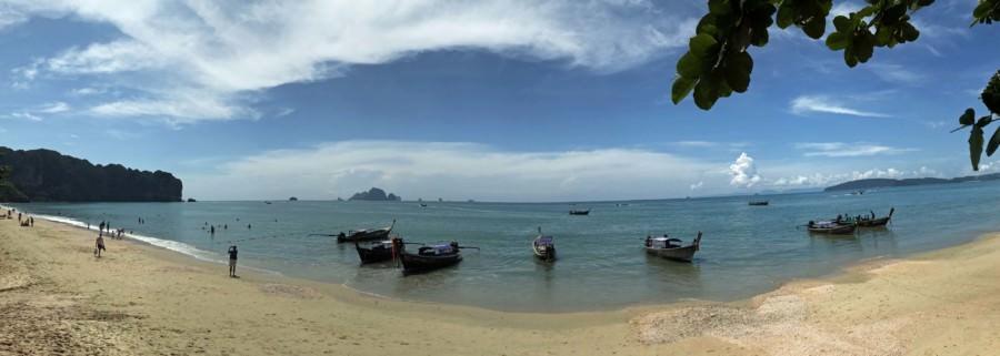 Thailand |Ao Nang Beach Strand-Panorama in der Nähe von Krabi. Blaues Meer, weißer Strand, mit Booten bei Sonne und blauem Himmel