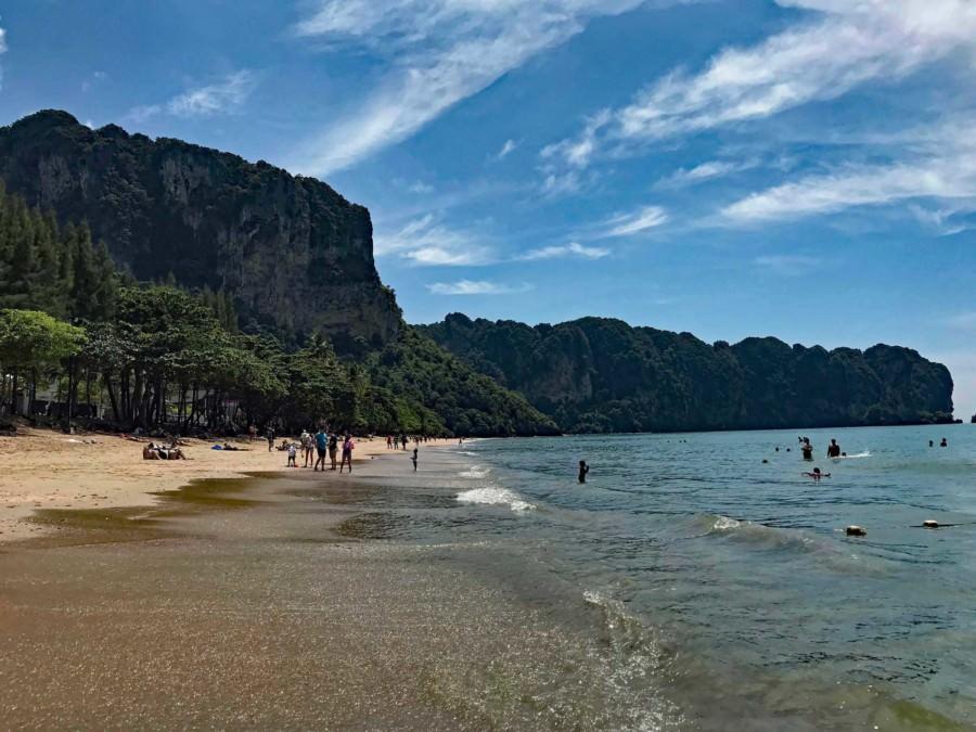 Thailand |Ao Nang Beach, der Strand im gleichnamigen Ort mit sattgrünem Urwald, türkisfarbenem Meer und feinem Sand