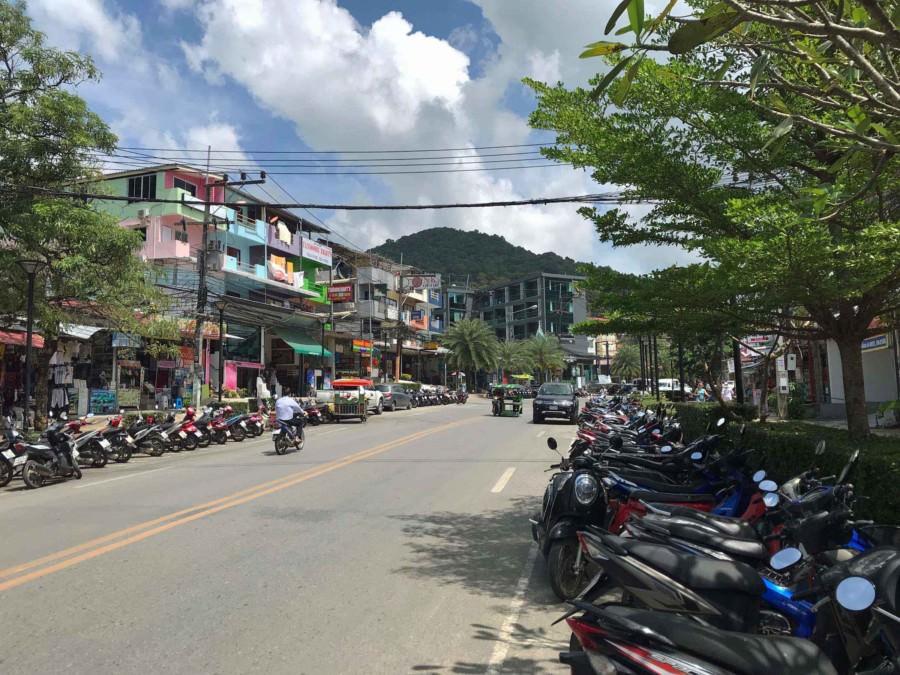 Thailand |Hauptstraße in Ao Nong in der Nähe von Krabi. Blick auf die Straße gesäumt von Rollern und bunten Häusern