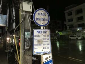 Thailand |Busstation in Krabi für den Bus von Krabi Town zum Ao Nang Beach. Schild mit den Fahrzeiten und Preisen