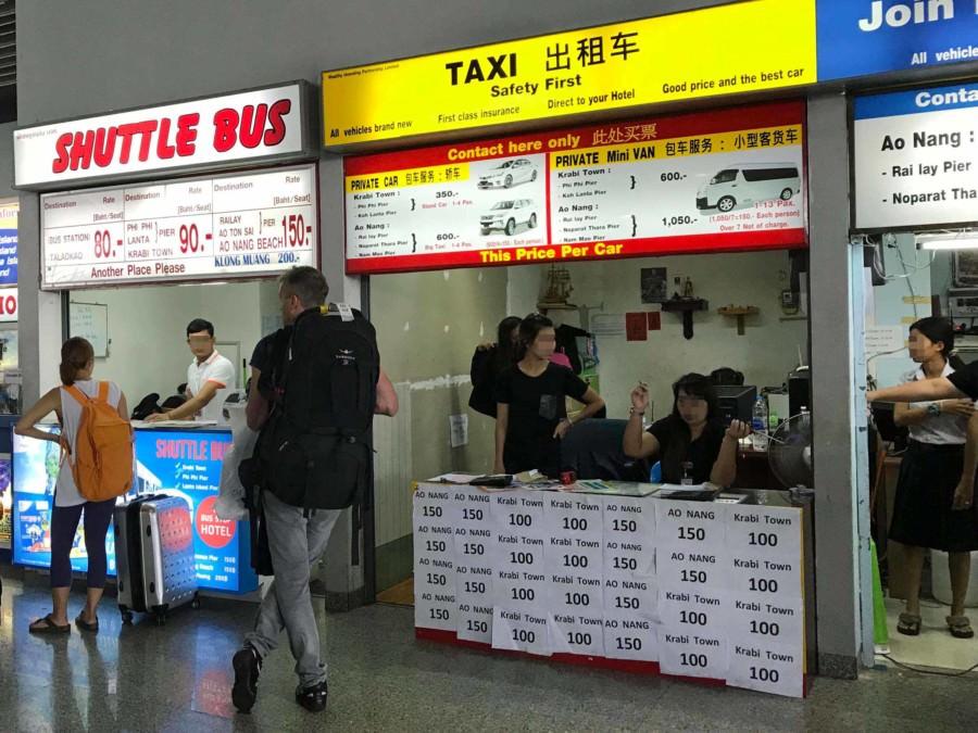 Thailand |Krabi International Airport, Schalter in der Ankunftshalle mit den Transport-Möglichkeiten vom Flughafen nach Krabi Town inkl. Preise