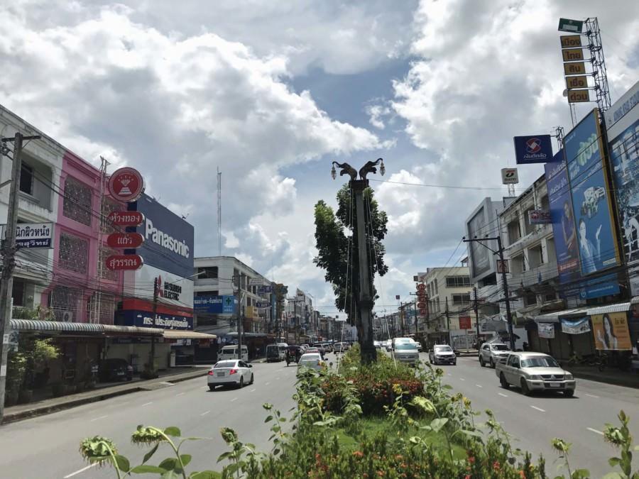 Thailand |Hauptstraße in Krabi Town. Blick auf die Straße mit Autos und bunten Häusern
