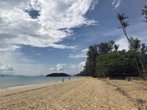 Thailand |Klong Muang Beach bei Krabi. Strand mit Palmen, feinem Sandstrand und blauem Meer bei Sonnenschein