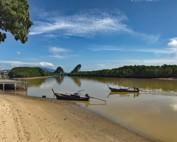 Thailand |Kreidefelsen am Pak Nam Fluss Nahe Krabi Town bei Sonnenschein und blauem Himmel