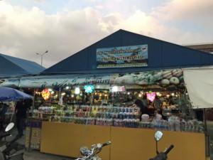 Thailand |Nachtmarkt im Zentrum. Blick auf einen Verkaufsstand des Marktes