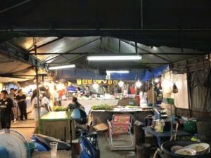 Thailand |Unbedingt probieren: einen der Nachtmärkte in Krabi. Blick auf verschiedene typische Stände