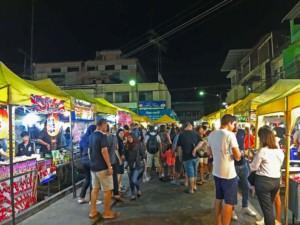Thailand |Immer was los auf dem Nachtmarkt in der Walking Street in Krabi. Menschen auf der Suche nach Essen