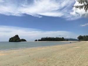 Thailand | Der Strand Nopparath Thara Beach ist kilometerlang und wunderschön. Blick auf die Bucht bei blauem Himmel mit Sonnenschein