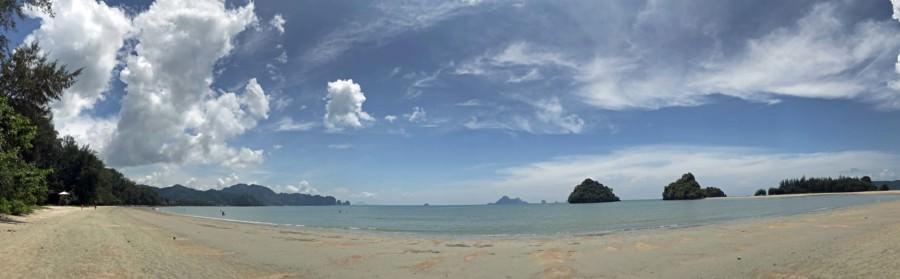 Thailand |Nopparath Thara Beach, Panorama am Strand in der Nähe von Krabi bei blauem Himmel und Sonnenschein