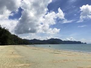 Thailand |Nopparath Thara Beach, der Strand ist am Wochenende besonders bei Thais beliebt. Blick auf blaues Wasser, feinsandigen Strand und grünen Urwald bei Sonnenschein