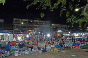 Thailand |Nachtmarkt in der Klongkha Road am Pier in Krabi, Blick auf Tische mit essenden Menschen und die Stände der Garküchen