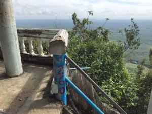 Thailand |Tiger Cave Tempel, Markierung der Stufen beim Aufstieg auf den Berg mit sensationellem Panorama