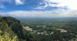 Thailand |Panorama vom Berg im Tiger Cave Tempel auf die Umgebung von Krabi. Blick auf sattgrünen Urwald bei blauem Himmel
