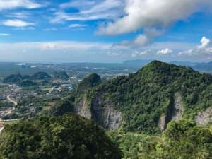 Thailand |Faszinierende Aussicht auf dem Berg des Tiger Cave Tempels nach anstrengendem Aufstieg. Blick auf die Kreidefelsen, bedeckt von Urwald und die Krabi-Umgebung