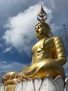 Thailand |Tiger Cave Tempelanlage, goldene Buddha-Statue auf dem Berg
