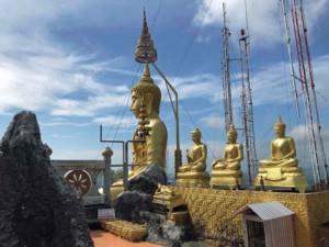Thailand |Tiger Cave Tempel, Goldene Buddha-Statuen zieren das Panorama
