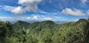 Thailand |Panorama auf die Berg Kreidefelsen aus Kalkstein bewachsen von Urwald auf dem Berg des Tiger Cave Tempels