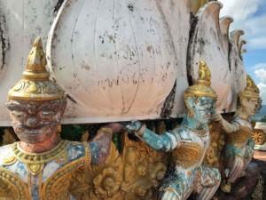 Thailand | Verzierungen einer Statue auf dem Berg des Tiger Cave Tempels