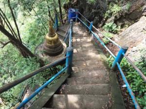 Thailand | Stufen, die auf den Berg des Tiger Cave Tempels führen