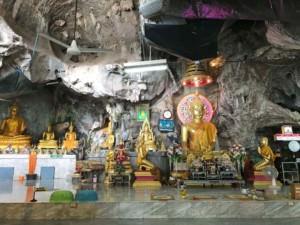 Tiger Cave oder Wat Tham Sua von Innen. Verschieden große goldene Buddha-Statuen