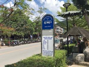 Thailand | Ao Nang Beach Busstation nach Krabi Town. Straßenschild mit Fahrzeiten und Preisen am Straßenrand