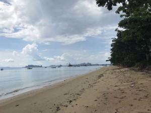 Thailand |Krabi, Tubkaek oder Tub Kaek Beach genannt. Panorama des Strandes mit Kreidefelsen und Urwald